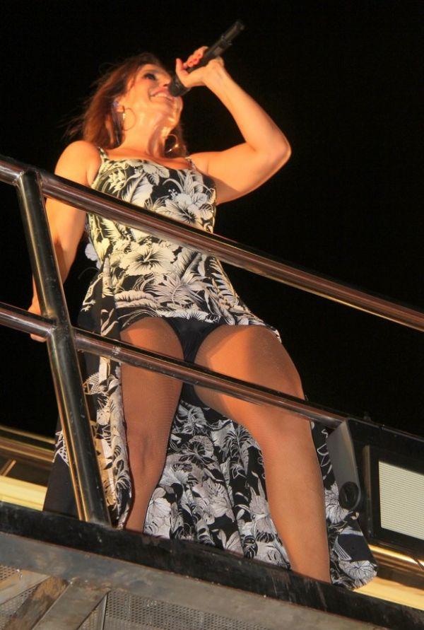 Ivete Sangalo repete vestido curto do carnaval e mostra demais em show