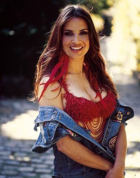 Longe das telas, Isadora Ribeiro posa sexy e diz se achar bonitona aos 46 anos