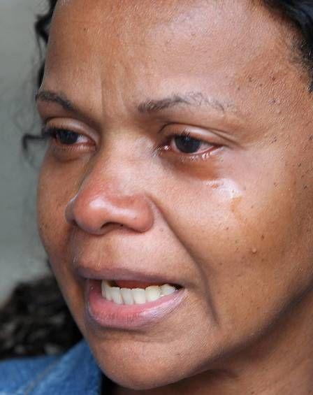 Mãe que viu filho morrer no RJ desiste de esperar por perícia e lava a calçada
