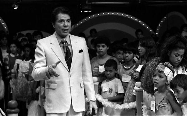 Nos 50 anos do seu programa, Silvio Santos perde a vergonha e as calças