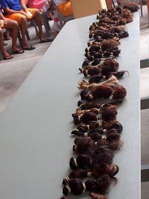 Para fazer perucas, presas doam cabelo a pacientes com câncer
