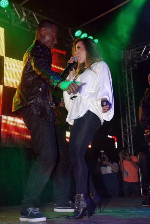 Wanessa exibe cinta e barriguinha saliente durante show em São Paulo