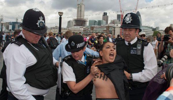 Ativistas exibem seios durante protesto em Londres