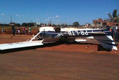 Avião monomotor faz pouso forçado em avenida de terra batida