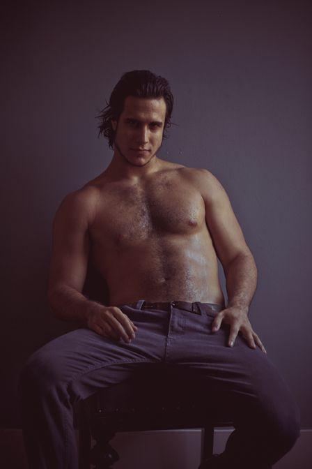 Emiliano D?Avila toma banho de mangueira para ensaio sensual