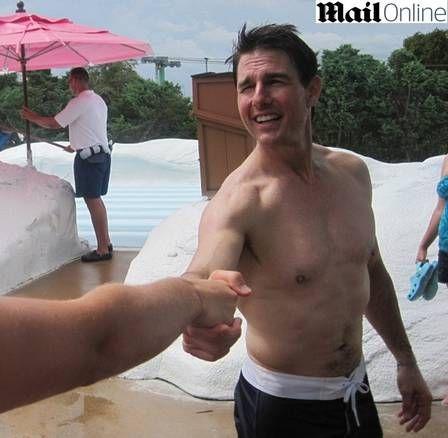 Inteirão aos 50! Tom Cruise mostra boa forma na Disney
