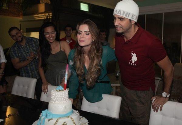 Namorada de Latino faz 24 anos e ganha anel de brilhantes e bolo chique