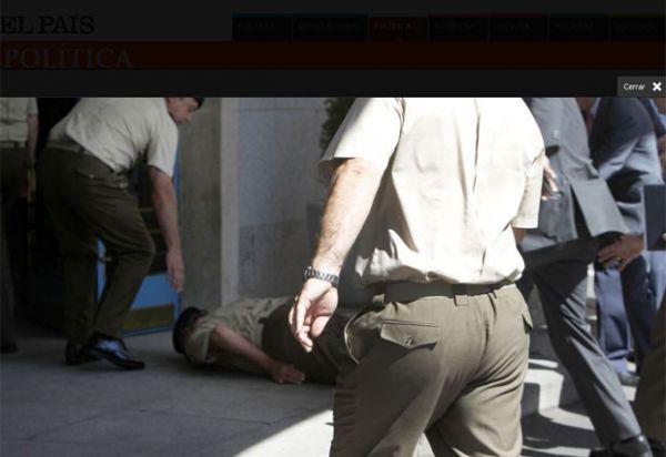 Rei da Espanha se  distrai com jornalistas, não vê degrau e cai