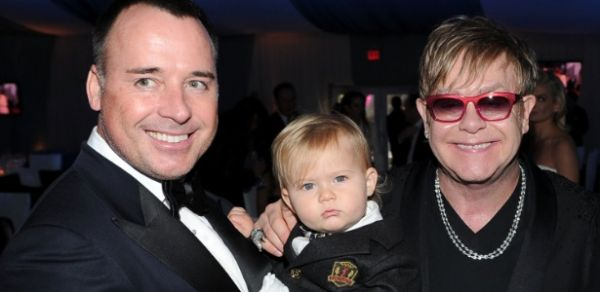 Cantor Elton John teme que filho sofra com homofobia por ter dois pais