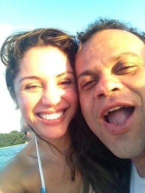 Inseparáveis, ex-BBBs Maria e Daniel curtem sol em Fernando de Noronha