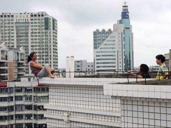 Mulher é impedida de pular de prédio após matar sobrinho na China