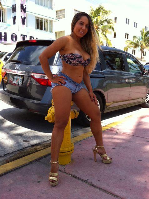 Mulher Melão faz topless e é observada por gringos em Miami