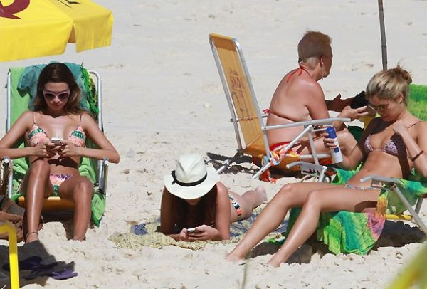 Paes Leme, Thaila e Sophie curtem praia no Rio