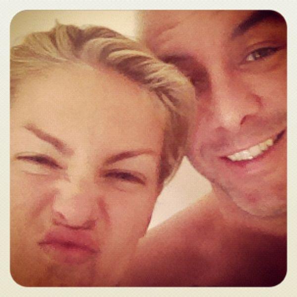 Após foto sem maquiagem, Ana Hickmann faz careta com marido