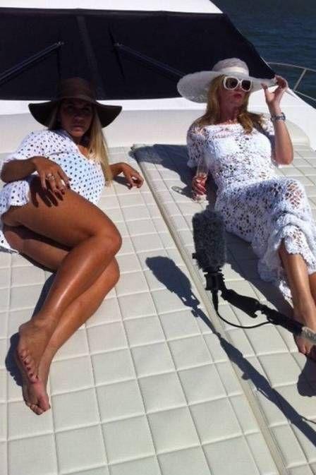 Após topless, Mulher  Melão tira onda e empina bumbum em iate em Miami