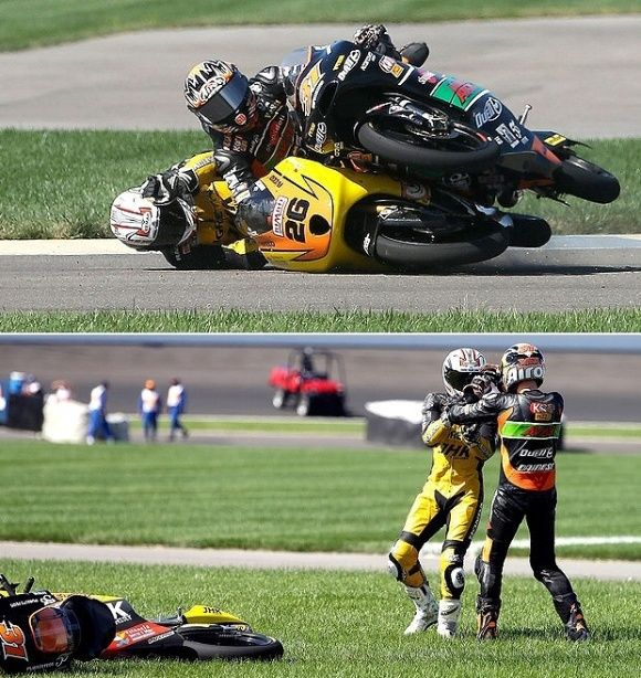 Piloto de moto é tirado da pista, se revolta e sai no tapa com rival