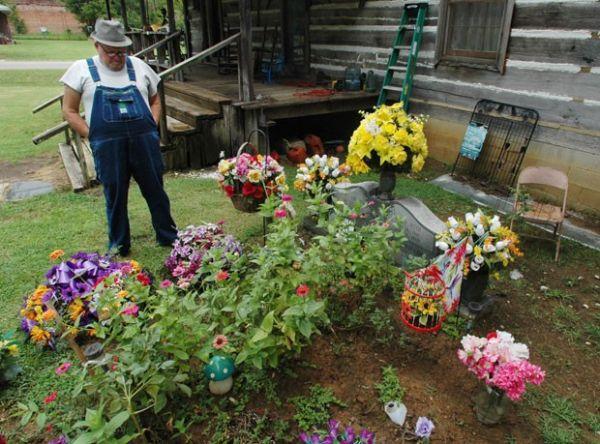 Viúvo briga na Justiça para manter sepultura da mulher no jardim de casa