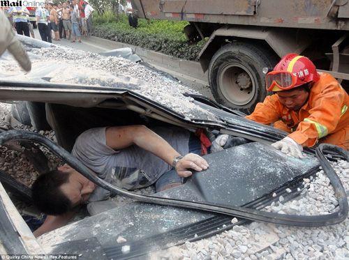 Caminhão com pedras esmaga carro na China e motorista sai vivo; fotos