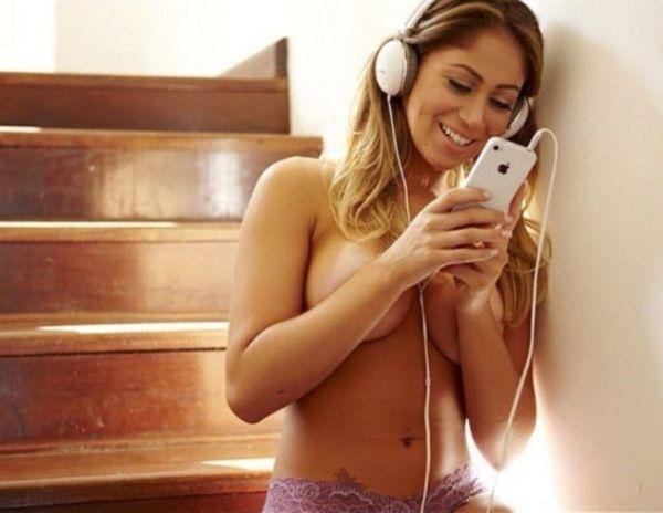 Carol Narizinho posa para fotos ouvindo música e só de calcinha
