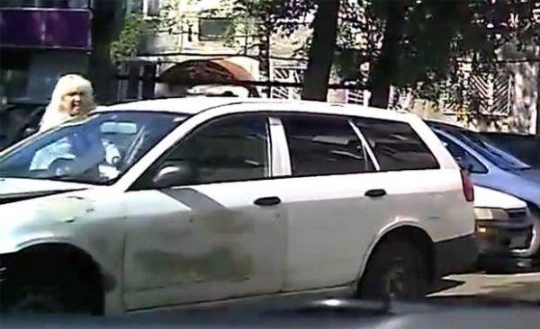 Mulher bate carro enquanto tenta estacionar e sai despreocupada