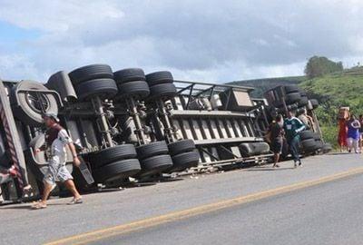 População saqueia chocolate transportado por caminhão tombado