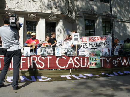 Sites do governo britânico são atacados em defesa de Assange