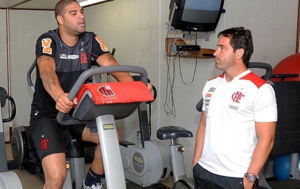 Adriano treina em dois períodos; Fla evita dar prazo para estreia