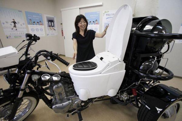 Empresa exibe triciclo que vem com assento em forma de privada