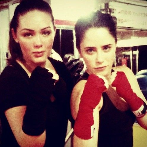 Fernanda Vasconcellos e Tânia Mara posam em aula de muay thai