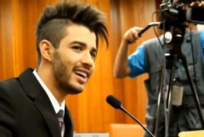 Gusttavo Lima canta para vereadores e fãs em Câmara
