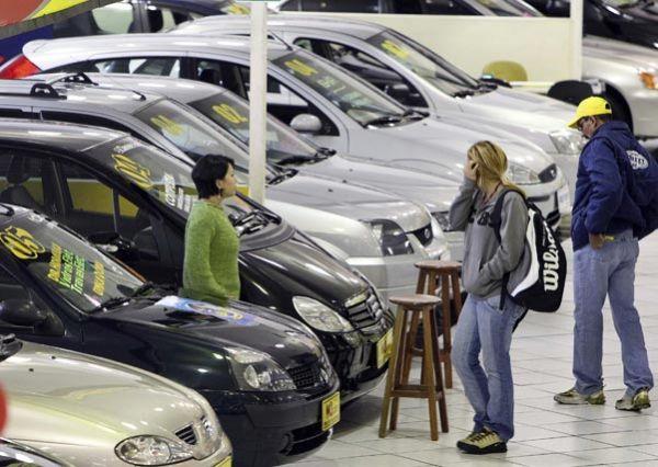 Dilma Rousseff quer manter preço de carros mais baixo, diz jornal