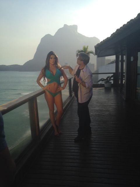 Ex-BBB Laisa posa de vestidinho e de biquíni para campanha