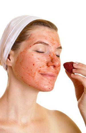 Máscara de morango e mel desintoxica pele após a balada