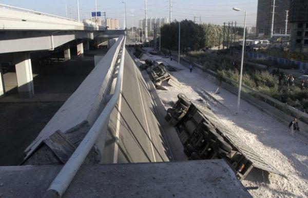 Ponte de US$ 300 milhões desaba, veículos caem e 3 morrem na China
