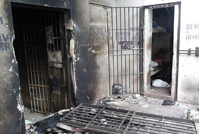 Presos se rebelam, destroem 8 celas e poêm fogo em delegacia