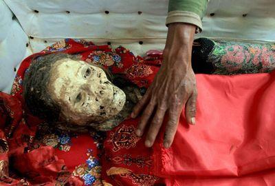 Ritual na Indonésia tem limpeza de túmulos e troca de roupa de múmias