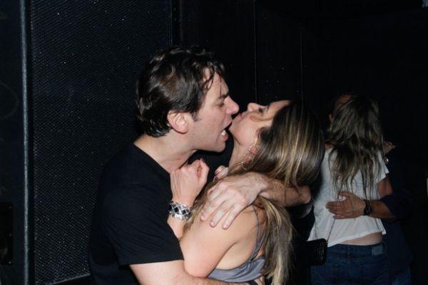 Filha de Silvio Santos faz charminho e ganha beijo em baile funk