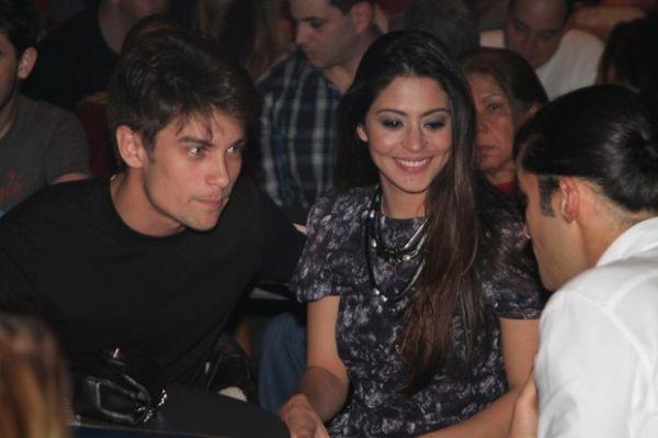 Carol Castro ganha chemego do namorado em show de rock