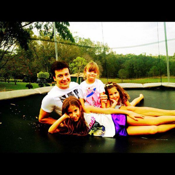 Rafa Justus usa biquíni de oncinha para curtir piscina com as filhas de Rodrigo Faro