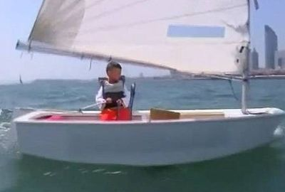 Após deixar filho na neve, chinês obriga o menino a velejar sozinho
