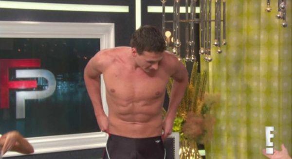 Nadador medalhista em Londres tira a roupa em programa de TV