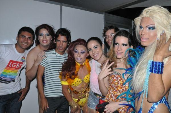 Wanessa é escoltada por policiais em parada gay em João Pessoa