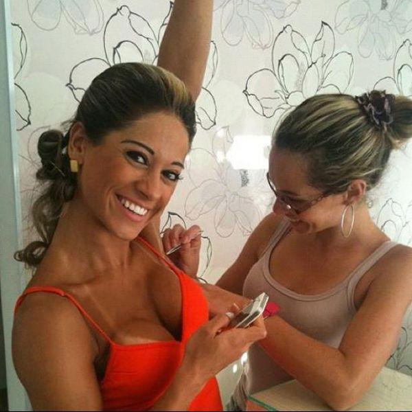 Mayra Cardi posa para foto enquanto tem a axila depilada com pinça