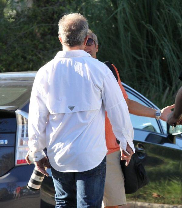 Mel Gibson se irrita com fotos e tira satisfação com paparazzi