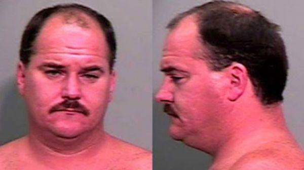 Americano é preso após se exibir nu na casa de vizinhas nos EUA
