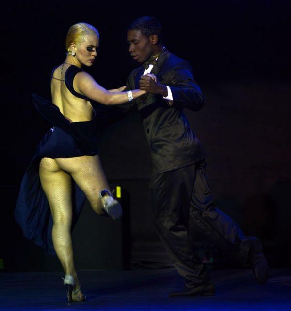 Dançarina de tango ?exagera? na fenda de vestido e mostra demais