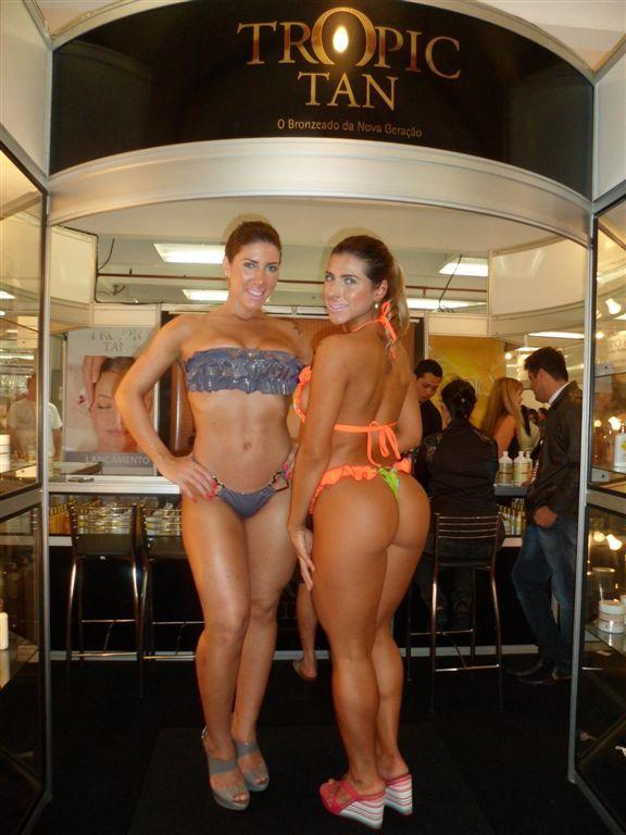 De biquínis, irmãs Minerato mostram o corpão em feira de bronzeamento