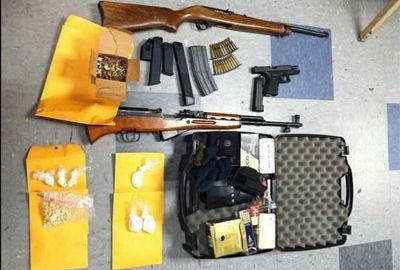 Polícia prende suspeito e acha foto de filho dele com pistola na mão