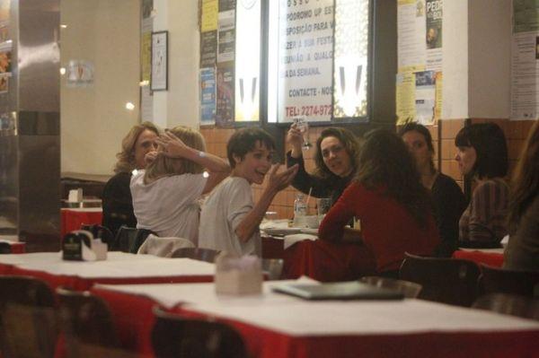 Adriana Esteves e Débora Falabella fazem festa para foto durante jantar