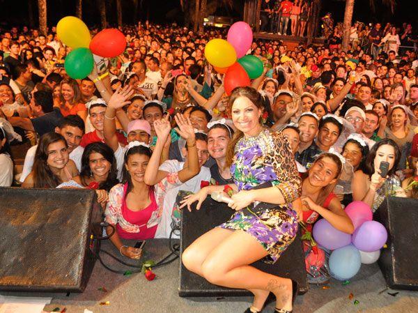 Solange Almeida, do Aviões do Forró, ganha festa surpresa